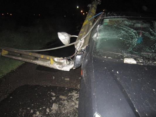 Poste de iluminação atinge carro