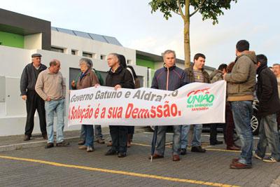 Ministro recebido por manifestantes em Almeirim (VÍDEO)