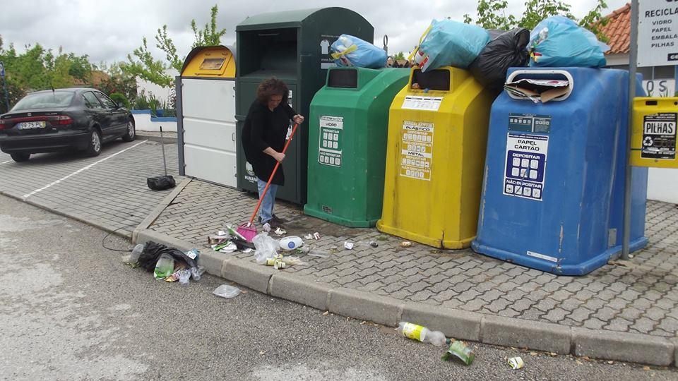 Presidente da Junta da Raposa varre lixo