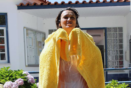Banho público chega à Raposa. Presidente da Câmara não cumpre e paga botas (VÍDEO)