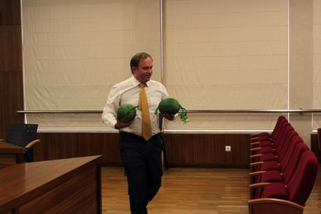 Pedro Ribeiro entrega melões a vereadores e público da reunião câmara
