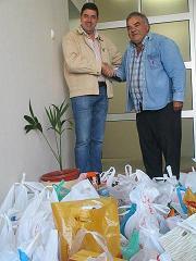 Marinheiros entregam bens alimentares