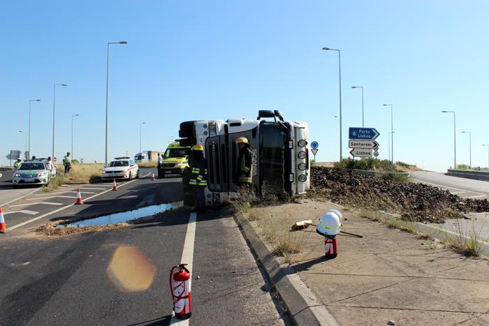 Camião vira-se com sucata (VIDEO)