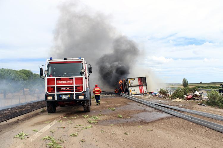 Camião incendeia-se no IC 10 (c/vídeo)