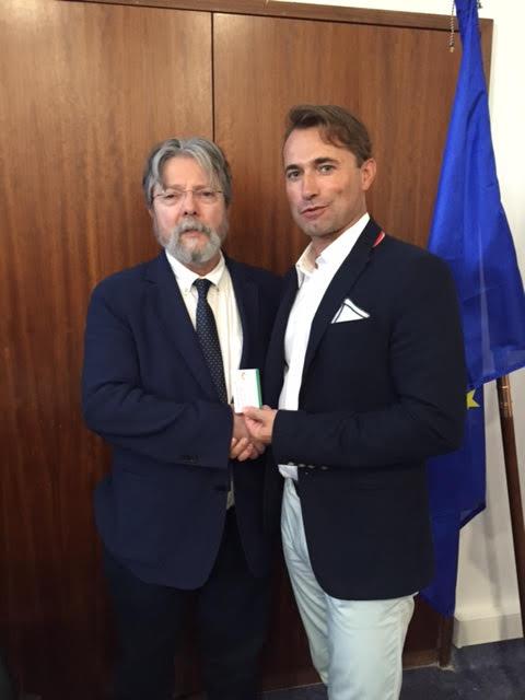 Osteopata João Silva recebe primeira cédula profissional